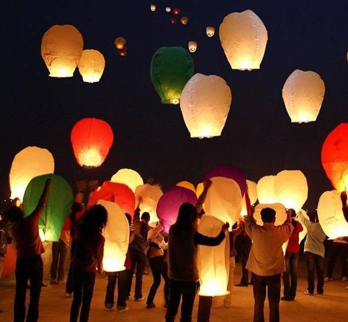 Купить Летающие фонарики в интернет-магазине подарков. Огромный выбор необычных подарков и сувениров широкого ценового диапазона!