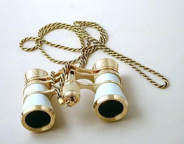 Купить Театральный бинокль (белый с золотым) на шнурке в интернет-магазине подарков. Огромный выбор необычных подарков и сувениров широкого ценового диапазона!